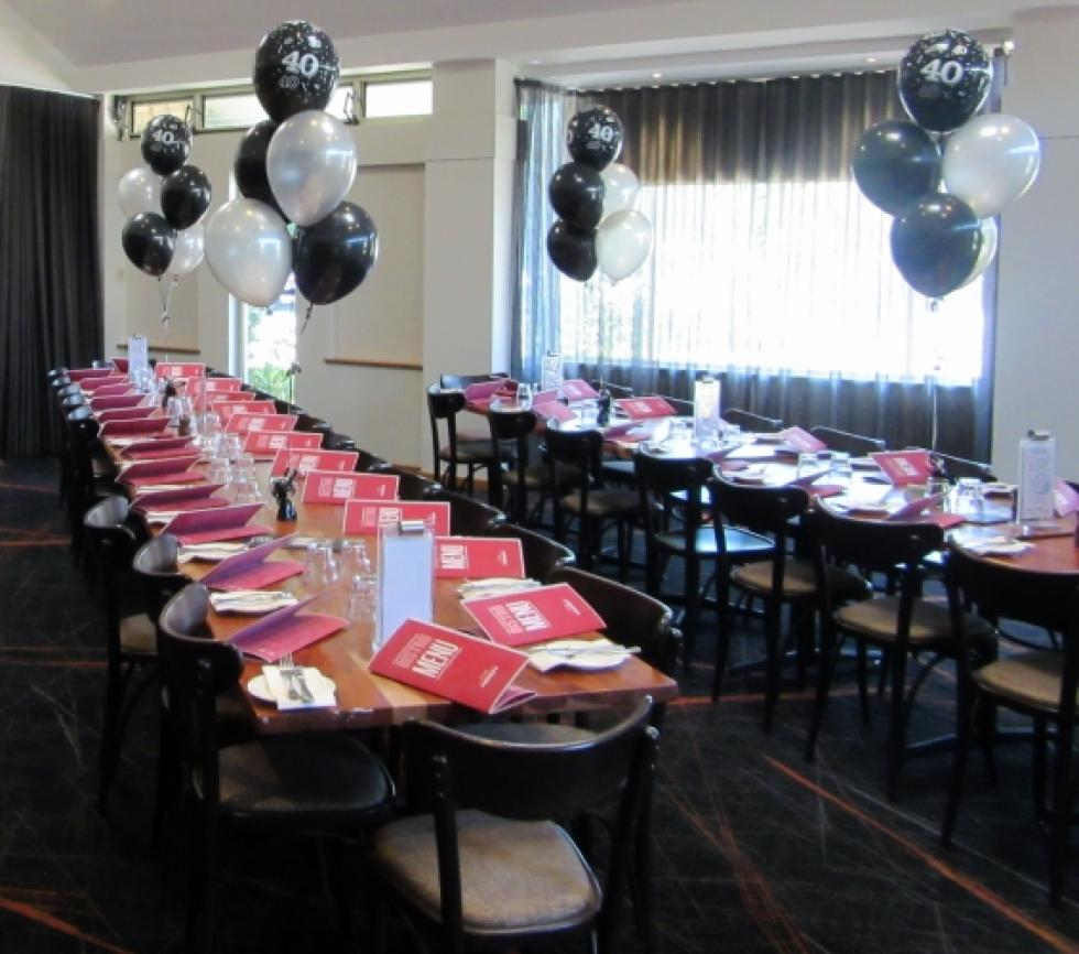 40th Birthday theme table balloon arrangements black & silver \ The Herdsman Private Function Room | corporaterewards.com.au